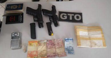 Dupla em carro de luxo é flagrada com armas, drogas e dinheiro pela PM de Itaituba