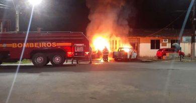 Bandidos ateiam fogo em viaturas policiais em Barcarena
